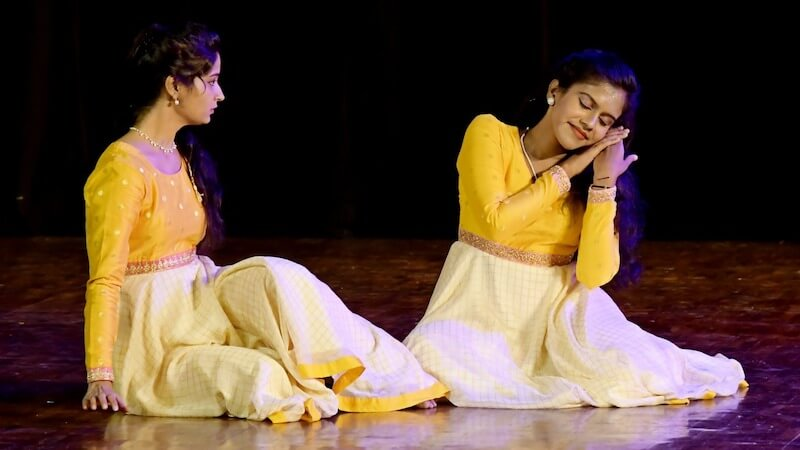 Thumri, Sindhu's story: 'Matte karede kelalilla, raaga maretu hoyitalla.' (I called again, couldn't hear. I forgot the tune). From left to right - Sindhubharathi HV and Harnishri BT. KEA Prabhath Rangamandira Auditorium, Bangalore, February 23, 2019.