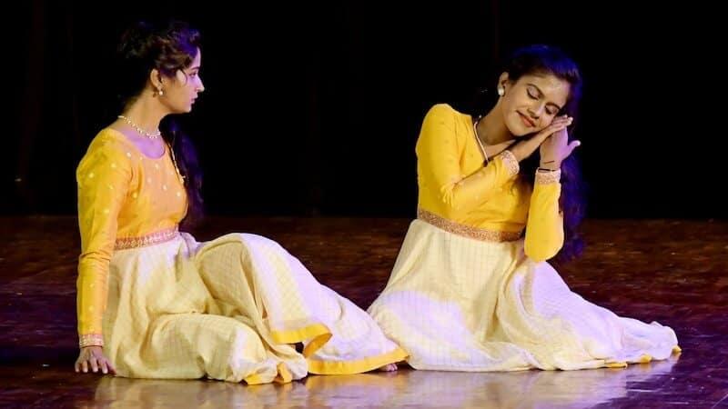 Thumri, Sindhu's story: 'Matte karede kelalilla, raaga maretu hoyitalla.' (I called again, couldn't hear. I forgot the tune). From left to right - Sindhubharathi HV and Harnishri BT. KEA Prabhath Rangamandira Auditorium, Bangalore, February 23, 2019. Image Credit: Madhusoodhan SN.